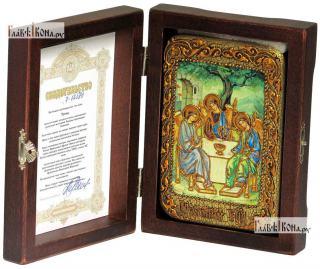 Троица Пресвятая (светлый фон), икона подарочная в футляре, 10х15 см - вид в комплекте