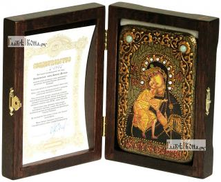 Феодоровская Божия Матерь, икона подарочная в футляре, 10х15 см - вид в комплекте